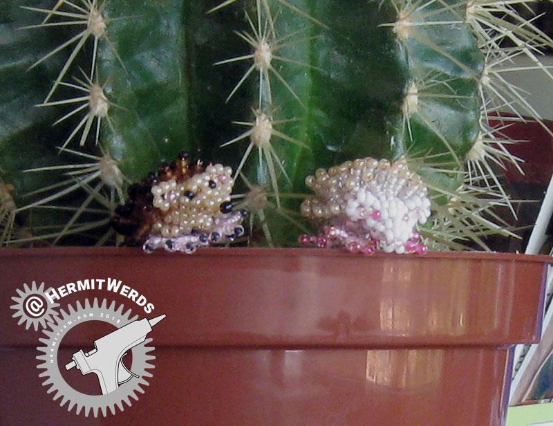 Marilyne Kéréneur's Hedgehog(s) - Hermit Werds - regular and albino hedgehog beaded by Lisa @HermitWerds
